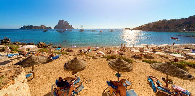 Baladas e boas praias definem Ibiza como destino dos jovens. © Amoklv | Dreamstime.com