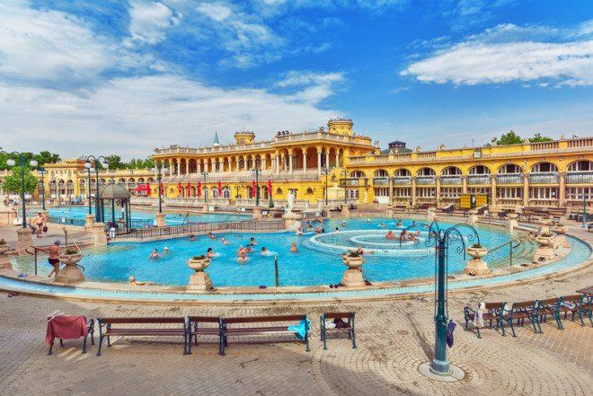 Não deixe de reservar pelo menos um dia para os spas termais em Budapeste. © Vitalyedush | Dreamstime.com