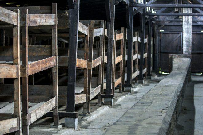 O interior de um quartel mostrando como os prisioneiros estavam alojados em beliches no campo de concentração.© Thomas Wyness | Dreamstime.com