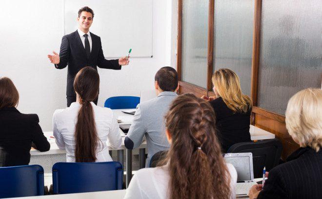 Profissionais em sala de aula. © Iakov Filimonov | Dreamstime.com