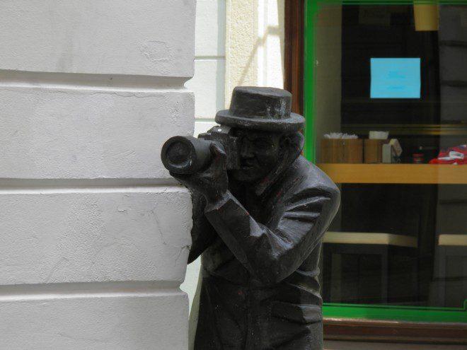 A estátua dos paparazzi em Bratislava.© A1977 | Dreamstime.com
