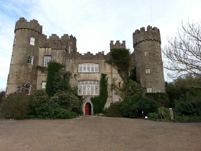 Há menos de 40min de Dublin o Malahide Castle é um dos castelos assombrados da Irlanda. Foto: Júlia Paniz