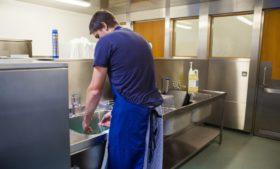 Brasileiro nasceu para lavar louça e ponto final
