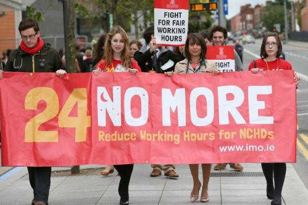 Médicos irlandeses protestam por menos horas de trabalho Reprodução: News IE