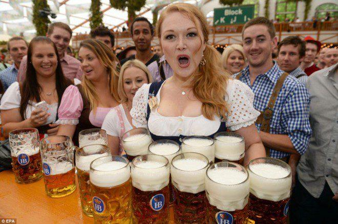 Em Munique, terra da Oktoberfest, mais de 125 milhões de galões de cerveja são consumidos por ano Reprodução: Daily Mail