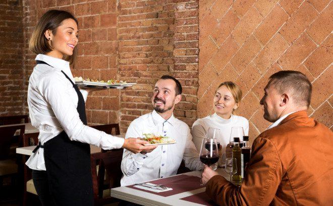 Trabalhar como garçom/garçonete exige um olhar atento. Foto: Shutterstock