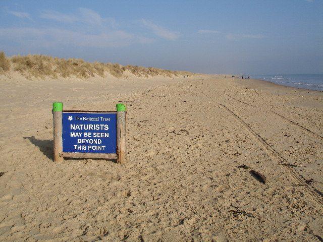 Praia na Inglaterra sinaliza área destinada ao naturismo Reprodução: Wikimedia