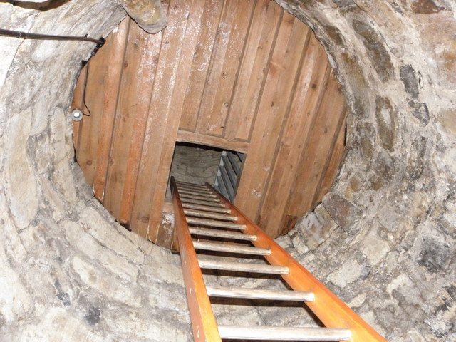 Interior das torres possui pisos e escadas de madeira Reprodução: Geograph Ireland