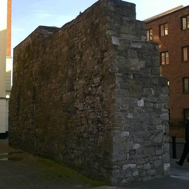 Parte remanescente do muro de Dublin fica localizado próximo à Thomas St. Foto: Elizabeth Gonçalves