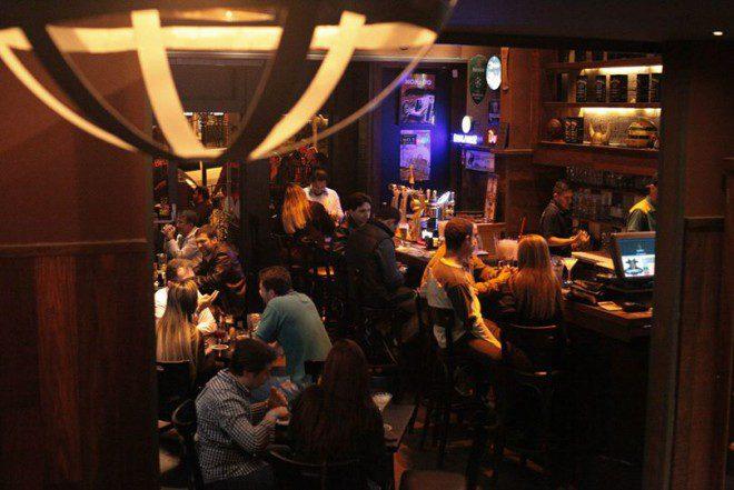Inspirado nos charmosos pubs irlandeses. A atmosfera aconchegante e alto astral. Créditos: Grainne's Irish Pub.