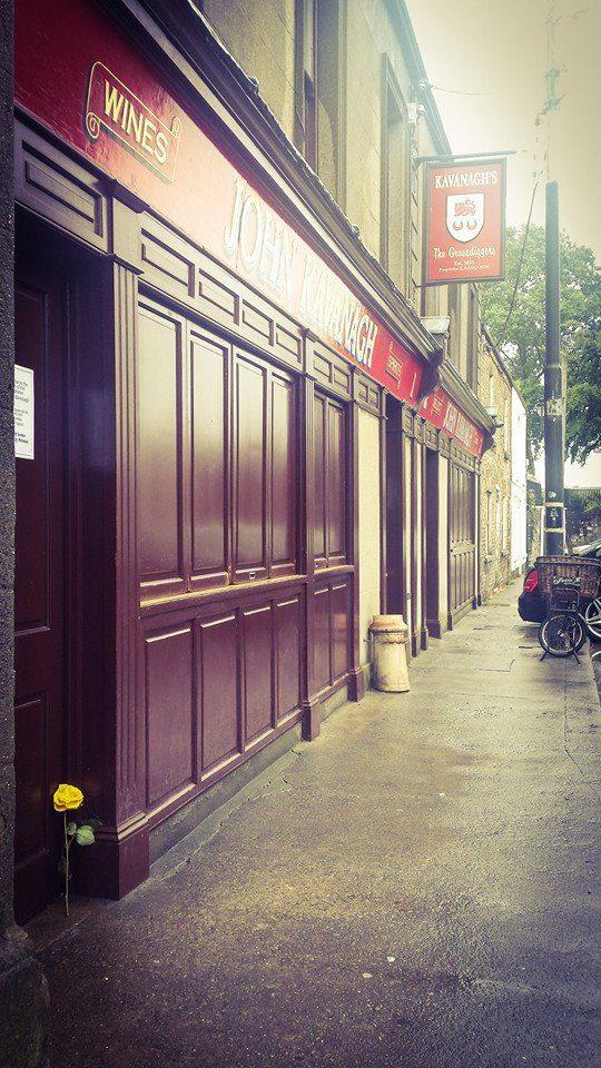O bar é conhecido como coveiro, pois os trabalhadores do cemitério pedia bebidas em uma porta secreta. Créditos: Página oficial no Facebook.