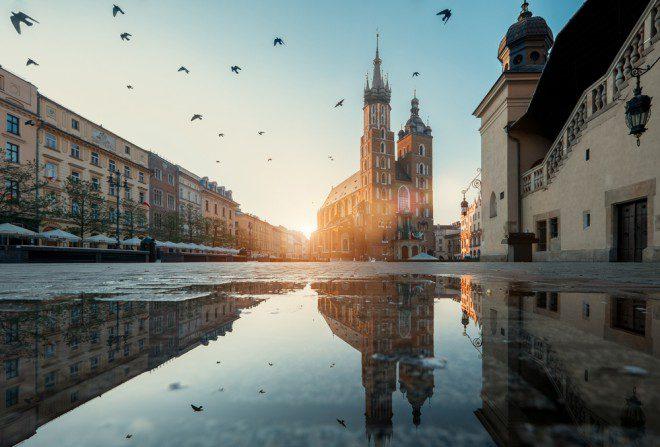 Market square e St. Mary's Basilica em Cracóvia. Créditos: shutterstock.