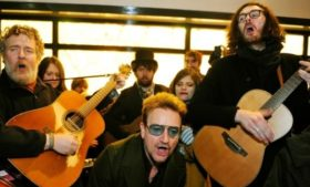 Bono, Hozier, The Script e Glen Hansard cantam nas ruas de Dublin