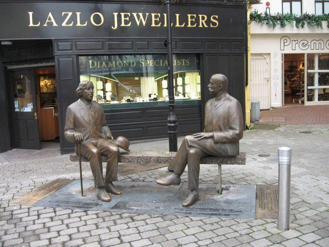 Estátuas de Oscar Wilde e Eduard Vilde, em Galway. Foto: Livne