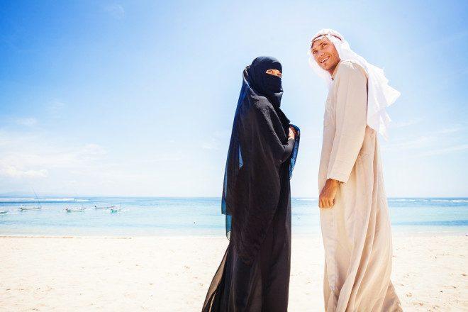 Em Dubai, as mulheres devem usar a burca e turistas devem ficar atentos aos costumes. Crédito: apid/Depositphotos