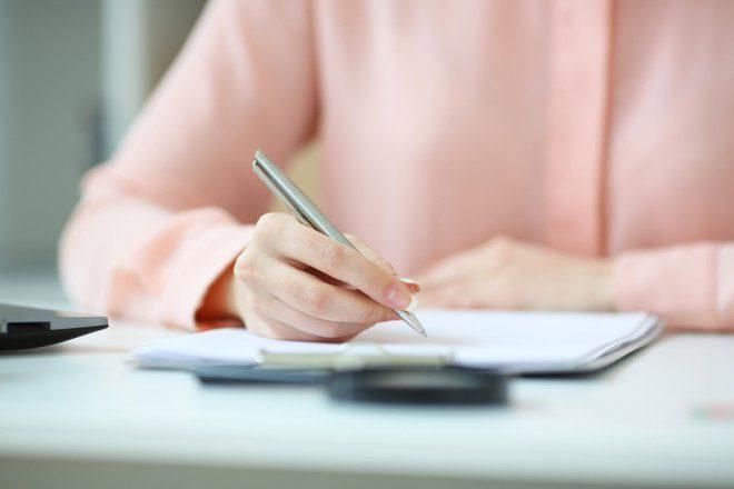 As procurações podem facilitar a solução de vários assuntos para quem está vivendo no exterior. Crédito: kuprevich/Depositphotos