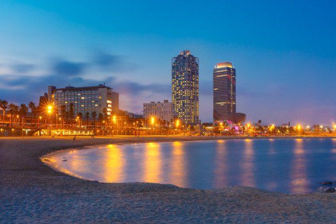 Em Barcelona, a galera se reúne na praia ao entardecer e depois parte para os bares. Crédito: olgacov/Depositphotos