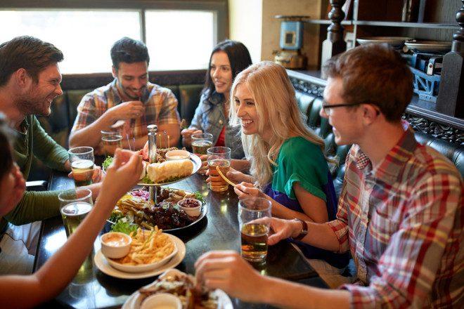 Conhecer a gastronomia e os restaurantes locais fazem parte do roteiro dos intercambistas. Crédito: Syda Productions | Dreamstime.com