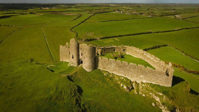 O Roche Castle é um dos pontos turísticos de Dundalk. Crédito: Daniel M. Cisilino | Dreamstime.com