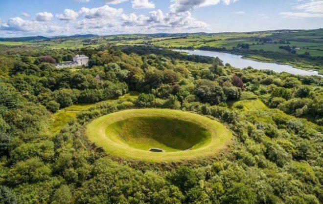 O Irish Sky Garden é um grande jardim dentro de uma cratera ainda maior. Reprodução IrishCentral.com
