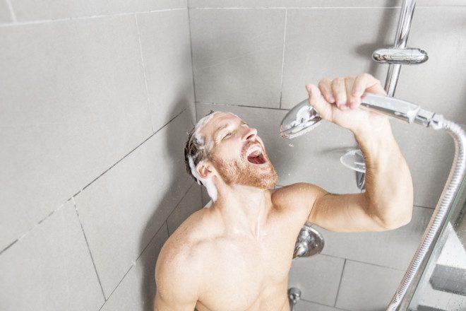 Em banheiros compartilhados, atenção aos objetos pessoais. Crédito: Lopolo | Dreamstime.com