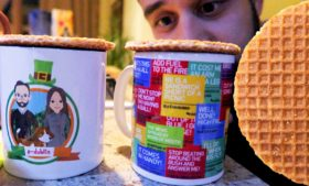 Como comer Stroopwafel Holandês