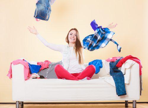 Garota jogando roupas pro alto