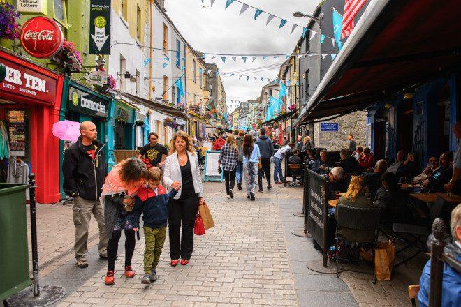 Galway, no interior da Irlanda, é uma das opções alternativas. Foto: Shutterstock