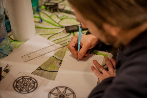 Artista projetando uma nova tatoo
