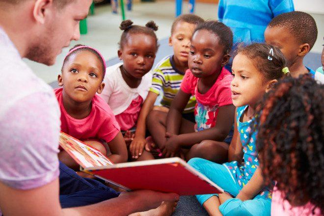 Voluntário com crianças