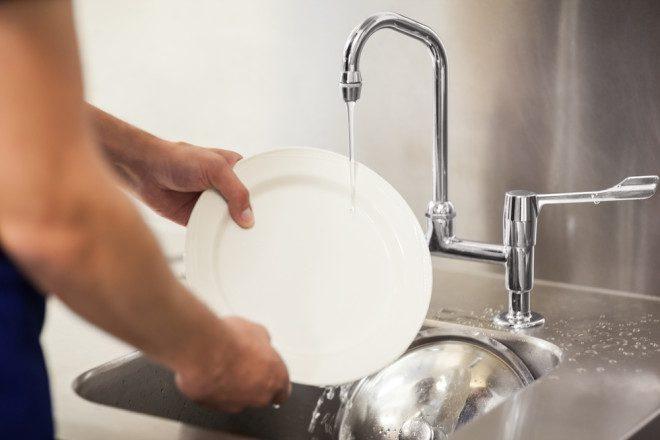 Ajudante de cozinha requer muita energia, paciência e gritos dos cozinheiros estressados. Crédito: Shutterstock