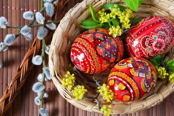 Uma antiga tradição de pintar ovos culminou na versão recheadas de chocolate que temos hoje. © Kaprik | Dreamstime.com
