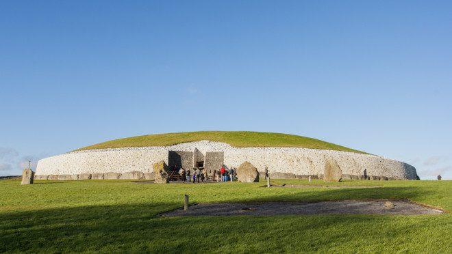 Newgrange, uma construção com mais de 5 mil anos no Condado de Meath, é considerada o observatório solar mais antigo do mundo, Patrimônio Mundial da Unesco, é mais antigo que Stonehenge (Inglaterra) e as Pirâmides do Egito. Crédito: Depositphotos/Aitormmfoto