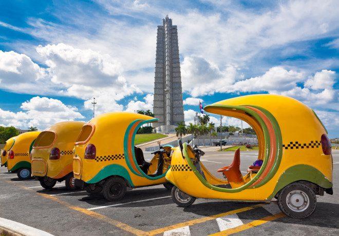 Cocotáxis são opções caras para o deslocamento de turistas em Cuba. Crédito: Depositphotos/ kmiragaya