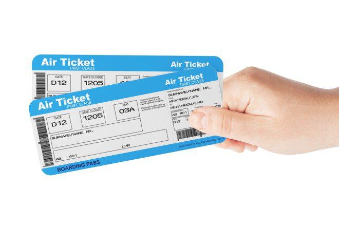Busque por antigos clientes do vendedor e pergunte sobre a entrega das passagens aéreas. Crédito: Depositphotos/ doomu
