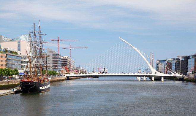 A Ponte Samuel Beckett representa a parte mais moderna que acompanha o fluxo do Rio Liffey. © Pavel Losevsky | Dreamstime.com 2 1285 3