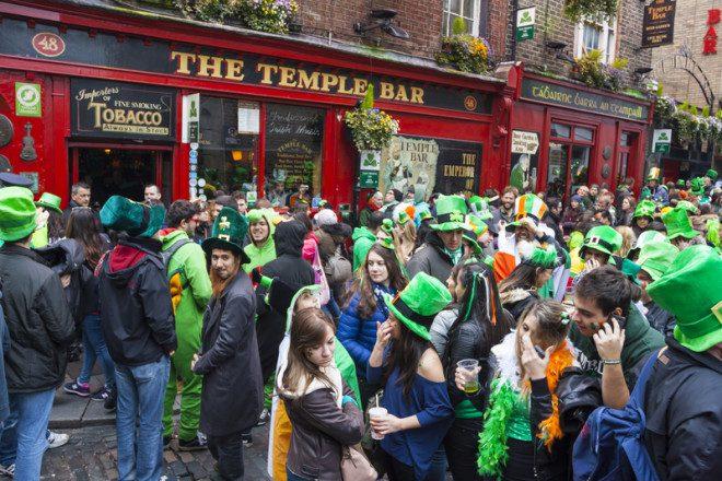 Público pode beber nas ruas do Temple Bar no feriado de São Patrício. Foto: Aitor Muñoz Muñoz | Dreamstime