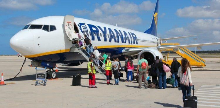 Ryanair volta a liberar apenas uma mala por passageiro na cabine
