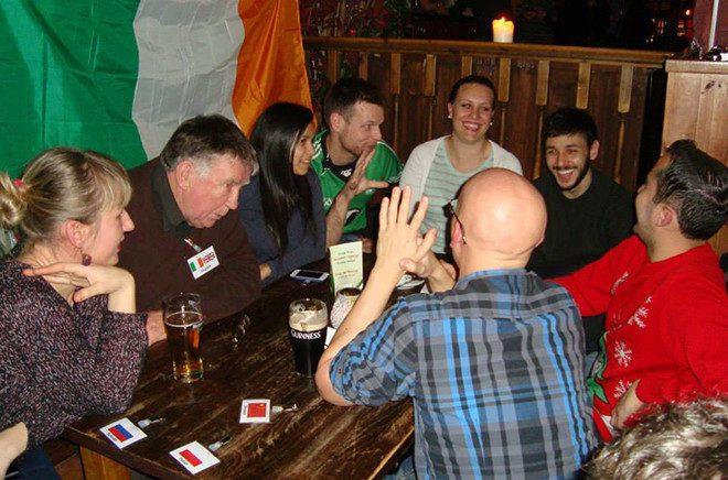Participantes usam bandeira do seu país como identificação. Crédito: Acervo Dublin Language Exchange