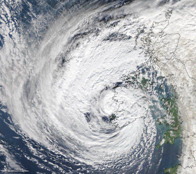 Imagem da tempestade Ophelia sobre a Irlanda. Foto: NASA Earth on Twitter