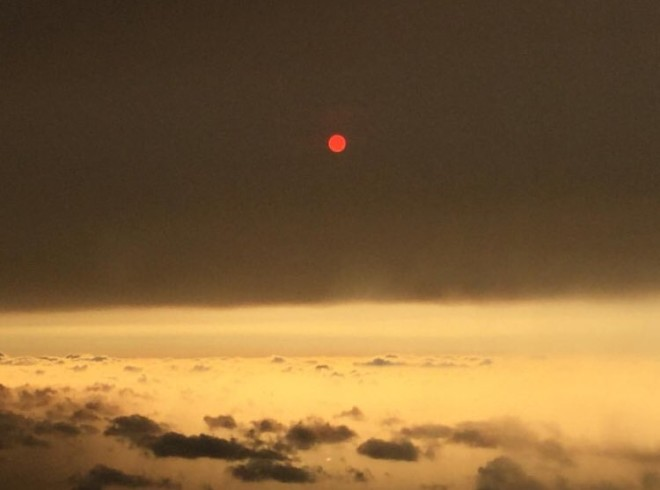 Sol avermelhado, fenômeno decorrente da tempestade Ophelia. Foto: Imelda May