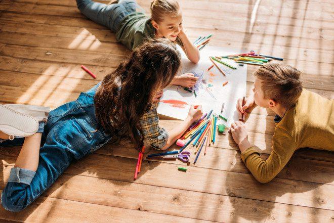Estimular a criatividade faz bem para o desenvolvimento das crianças. Crédito Depositphotos/ArturVerkhovetskiy