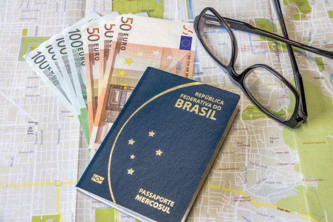Passaporte brasileiro. Crédito © Diego Grandi Dreamstime