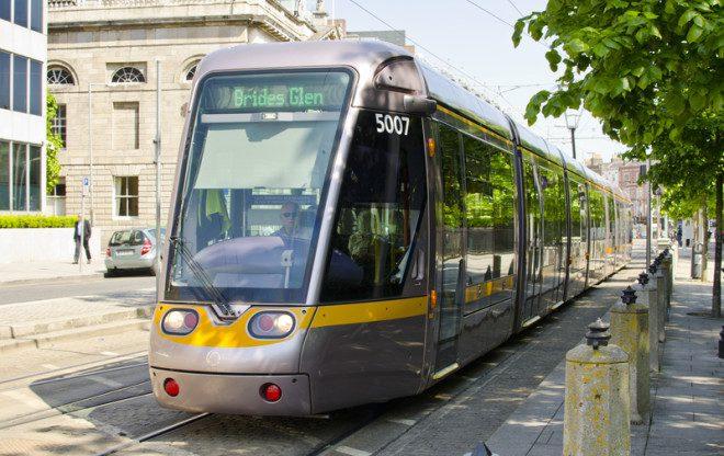 Luas, trens e ônibus de Dublin garantem acessibilidade dos usuários. Foto: Bred2k8 | Dreamstime