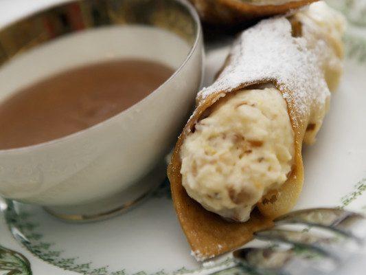Cannoli: massa crocante recheada de creme, tradição italiana. Crédito: Lemonpink | Dreamstime