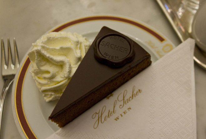 A torta Sacher leva o nome do hotel onde foi criado em Viena, na Áustria. Crédito: Greta Gabaglio | Dreamstime