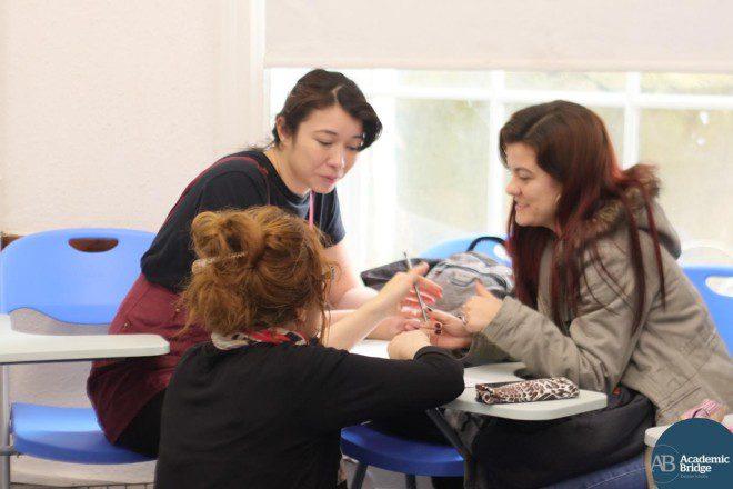 Aulas com uma abordagem mais comunicativa favorecem o aprendizado. Crédito: Academic Bridge English School