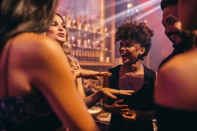 Reunir os colegas de classe em um pub e gastar o inglês é ótimo para a fluência. Foto: Ammentorp/Dreamstime