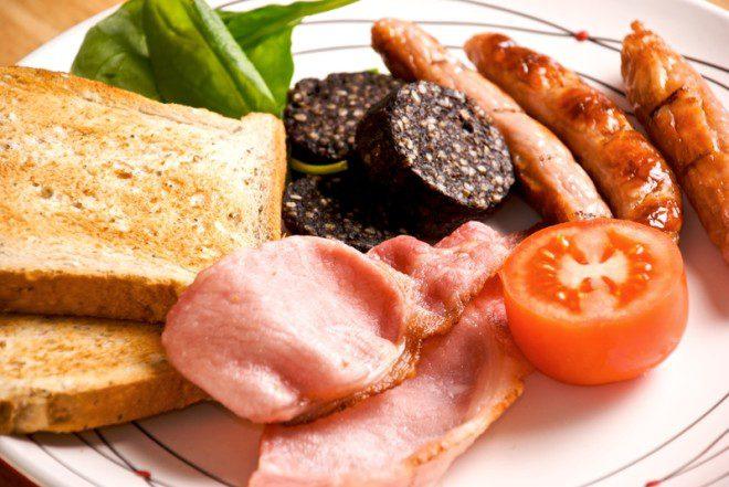 Pão, bacon, black pudding, linguiça, legumes... café da manhã dos irlandeses é um escândalo. Foto: Patrick Swan/Dreamstime