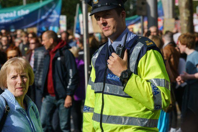 Sem portar armas de fogo, Garda é pacífica e sempre presente nas ruas. Foto: Abdone.